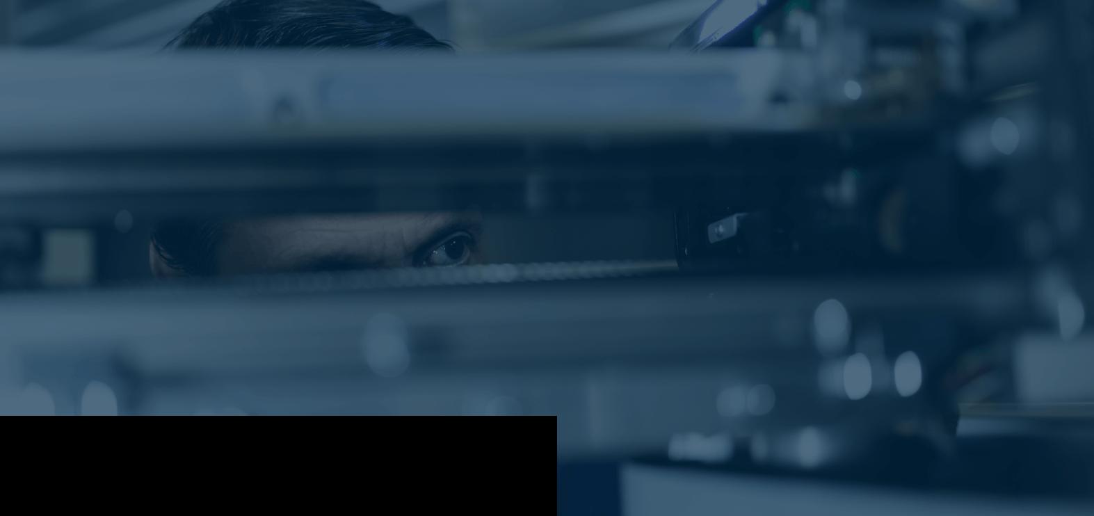 Technicien Synergies Tech en cours de maintenance sur un automate