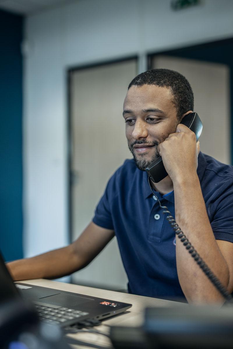 Technicien Synergies Tech au téléphone lors de téléassistance