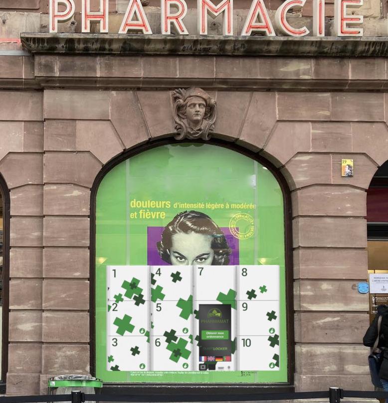 Distrubuteur automatique de médicament sur la vitrine d'une pharmacie